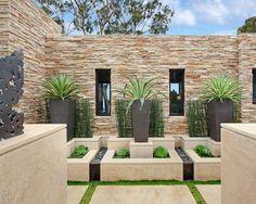 Moderne tuin met steenstrips