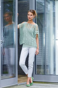 A crocheted women's top is an airy throw for summer days over a simple basic top. It is crocheted across and looks very special. Cross crocheted ladies top - free crochet pattern Ich Tuch stricken A crocheted women's top is an Poncho Au Crochet, Crochet Tunic Pattern, Pull Crochet, Crochet Top, Baby Knitting Patterns, Crochet Patterns, Crochet Kits, Crochet Gratis, Jacket Pattern