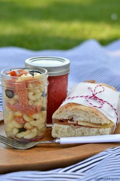 Picnic Perfect: Picnic Ideas, Recipes and Tips (That's strawberry lemonade in the closed jar) Spring family activity, spring picnic Picnic Lunches, Picnic Foods, Picnic Recipes, Sandwich Recipes, Beach Picnic, Summer Picnic, Picnic Dinner, Picnic Date Food, Boite A Lunch