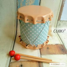 粉ミルクの缶や大きめのトマト缶など空き缶を再利用して、見た目もグッドなかわいい太鼓を作ります。空き缶と100均の材料だけでも合皮を使うことで本格的な雰囲気のキッズ太鼓ができますよ。小さいお子さんがいらっしゃるなら、使い終わった粉ミルクの空き缶を再利用して作った太鼓で遊べて無駄がありません!工具もハサミと穴あけパンチだけなのでお家にあるもので簡単にできます♪ぜひ作ってみましょう! Crafts For Boys, Baby Crafts, Toys For Boys, Diy For Kids, Kids Toys, Diy And Crafts, Baby Makes, Toy Craft, Flower Making