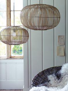 lampe suspension en bambou et décoration en blanc et bois