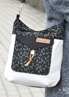 Verspielte Damenhandtasche nähen 2019 Fold the top in to make a smaller-option purse? The post Verspielte Damenhandtasche nähen 2019 appeared first on Bag Diy. Source by and purses Diy Bags Purses, Diy Purse, Sewing Projects For Beginners, Sewing Tutorials, Sewing Tips, Sewing Hacks, Sewing Patterns Free, Free Sewing, Pattern Sewing