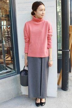 ウールカシミヤ タートルニット  ピンクニットが目を引くスタイル。 ロングスカート合わせが新鮮です。