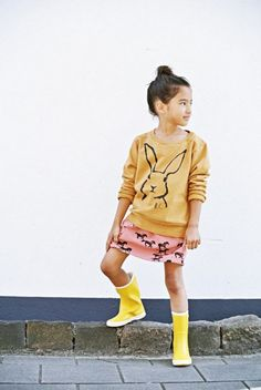 conejo estampado en la blusa amarilla