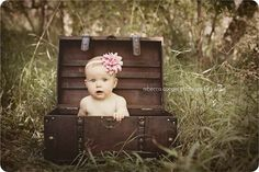 6 month baby pictures with old trunk. Perfect!