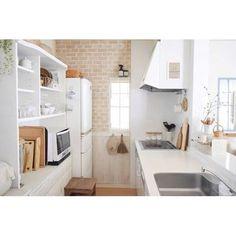 レンガ風のクロス+板張り風のクロスを組み合わせて腰窓デザイン風に。キッチンや食器棚、冷蔵庫などを白で統一させているので壁のクロスが際立っています。 Alcove, Bathtub, Loft, Furniture, Home Decor, Standing Bath, Bath Tub, Decoration Home, Room Decor