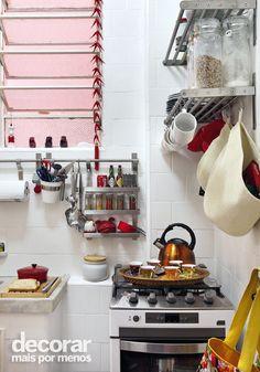 Revista Decorar Mais por Menos - Se o problema é a falta de espaço, aposte em prateleiras e suportes metálicos. As louças e os utensílios ficam expostos e facilitam na organização da cozinha.