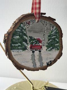 Felt Christmas Decorations, Painted Christmas Ornaments, Hand Painted Ornaments, Wood Ornaments, Christmas Wood, Christmas Projects, Wood Crafts, Christmas Crafts, Christmas Paintings