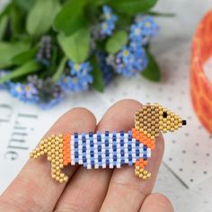 Hellbraune Dackel Delica Bead Pin / Abzeichen Light brown Dachshund Delica Bead Pin/Badge Handmade beaded badge/brooch in the shape of a light brown Dachshund in a blue and white stripey jumper. Handmade using size 11 Japanese glass Delica beads. The bead Peyote Patterns, Beading Patterns, Loom Patterns, Embroidery Patterns, Mosaic Patterns, Knitting Patterns, Arte 8 Bits, Brown Dachshund, Peyote Beading