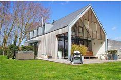 Wederom mooie overstek / veranda op kopse kant, mooi met houten shutters. Leuke dakkapellen.