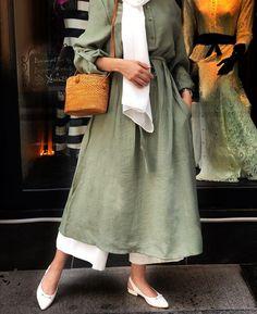 Discover recipes, home ideas, style inspiration and other ideas to try. Hijab Abaya, Hijab Dress, Hijab Outfit, Abaya Fashion, Muslim Fashion, Modest Fashion, Fashion Dresses, Modest Dresses, Modest Outfits