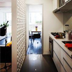 Adorei a ideia de separar a cozinha do living com uma divisória feita com elementos vazados, os conhecidos cobogós. #decoramundo #decorblog #luxo #lindo #lovedecor #kitchen #cobogo #interiores #instadica #instagood #instafollow #lifestyle #style #divisorias