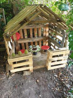 Pallet Fort, Pallet Kids, Outdoor Pallet Projects, Pallet Playhouse, Backyard Playhouse, Backyard Projects, Kids Outdoor Spaces, Kids Outdoor Play, Backyard For Kids