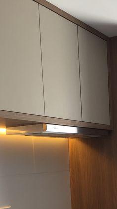 Dica de depurador/exaustor. Uma solução delicada pra você que está construindo ou reformando sua cozinha.  O depurador slim fica apenas com a parte de acionamento externa, sua maquina fica embutida dentro do armário. Ele aparece de maneira bem delicada nessa cozinha que projetamos e executamos. Com armário em madeira e fendi, a abertura das portas em sistema fecho-toque.  curtiram? ARD Studio - São Paulo