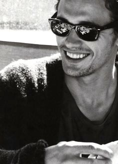 He is just too good looking . love that smile. Love James Franco!