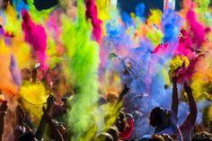 Durant la cérémonie de «Lathmar Holi», les hommes chantent pour attirer l'attention des femmes. Cette fête est aussi connue pour être le Festival des Couleurs qui annonce le début du printemps.