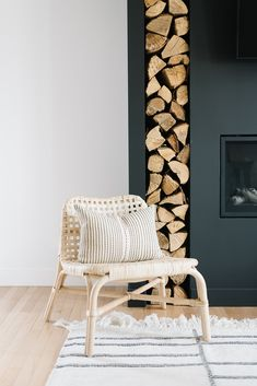 black fireplace with vertical wood storage : black fireplace with vertical wood storage You can find Storage and more on our website. Fireplace Feature Wall, Black Fireplace, Wood Fireplace, Fireplace Design, Scandinavian Fireplace, Scandinavian Living, Into The Woods, Living Room Storage, Living Room Decor