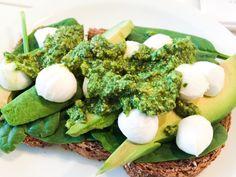 Spinach avocado mozzarella sandwich with homemade pesto! #onderdeleidingstraat #strijps