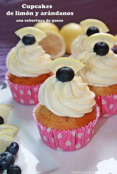 Cupcakes de limón y arándanos con cobertura de queso