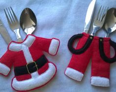 Best 10 An embroidered Santa felt cutlery holder set for your Christmas table setting. This Christmas Cutlery Holder features Santas coat and trousers – SkillOfKing. Christmas Table Settings, Christmas Table Decorations, Decoration Table, Christmas Themes, Christmas Holidays, Christmas Drinks, Christmas Makes, Felt Christmas, Rustic Christmas