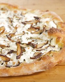 Mushroom Pizza Shiitake Mushroom Pizza-- Great for a family-friendly meal any night of the week.Shiitake Mushroom Pizza-- Great for a family-friendly meal any night of the week. Martha Stewart, Mushroom Pizza Recipes, Mushroom Pie, Cheese Recipes, Do It Yourself Food, Pizzeria, Stuffed Mushrooms, Stuffed Peppers, Calzone