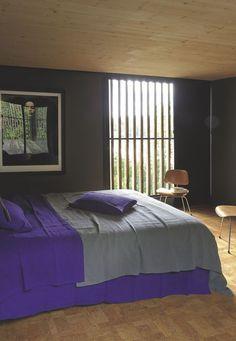 Une chambres aux tons gris foncés dont le sol est habillé de liège. Plus de photos sur Côté Maison http://petitlien.fr/7v90