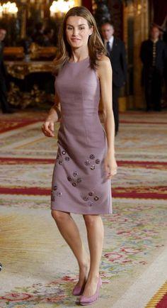 Queen Letizia of Spain Office Fashion Women, Womens Fashion For Work, Work Fashion, High Fashion, Business Casual Dresses, Queen Dress, Power Dressing, Queen Letizia, Royal Fashion