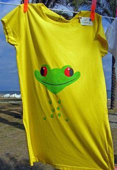 Camiseta de algodón con diseño exclusivo de una graciosa rana . Pintada a mano. Modelo exclusivo.