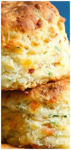 Bacon and Cheddar Chive ~The BEST savory biscuits you will ever have. Perfectly flaky and buttery every time! Savoury Biscuits, Cheddar Biscuits, Savory Scones, Breakfast Biscuits, Bisquick Recipes Biscuits, Mayonaise Biscuits, Oatmeal Biscuits, Easy Biscuits, Homemade Biscuits Recipe