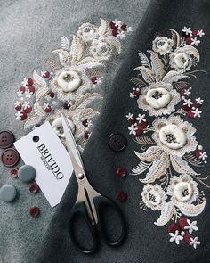 Доброе утро!☀️Хотим поделиться с вами маленьким кусочком из новой коллекции Осень/Зима 2018/2019, 3D вышивка Как вам? #brivido #brividomoscow #embroidery #flowers #details #aw1819 #newcollection #work #sweatshirt #dress #coat #jacket #goodmorning #moscow #вышивка #одеждасвышивкой #детали Embroidery On Kurtis, Embroidery On Clothes, Couture Embroidery, Embroidery Fashion, Embroidery Dress, Embroidery Applique, Embroidery Patches, Embroidery Patterns, Zardosi Embroidery