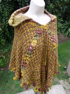 poncho echo a mano poncho 70%acrilico,30% lana telar cuadrado Woven Scarves, Textiles, Weaving Patterns, Loom Knitting, Shawl, Hand Weaving, Wool, Fabric, Style