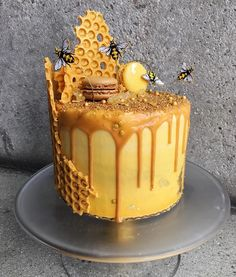 ruche d'abeille et nid d'abeilles cake design idées créatives Cookies And Cream Cake, Cake Mix Cookies, Bee Cakes, Cupcake Cakes, Macaron Cake, Pink Cakes, Chocolate Cookie Recipes, Chocolate Chip Cookies, Chocolate Cake