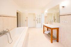 Auch im geräumigen Badezimmer ist der Geist der Jahrhundertwende vom 19. zum 20. Jh. noch spürbar - mit neuen Armaturen, welche die damalige Zeit nachvollziehen und bewahren.