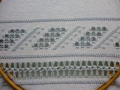 detalhes do bordado em pano de prato. Bainha Aberta para acabamento da borda inferior.