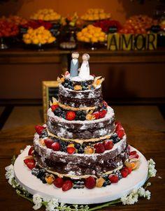Uma tendência que ainda está muito em alta é o naked cake. Fica maravilhoso para festas em fazendas, ao ar livre, ou de dia. A decoração com as frutas passa um ar de frescor. O recheio com frutas é o ideal para este tipo de bolo, pois acompanha a proposta da decoração com frutas. |pippaquercasar.com/casal-garcia/