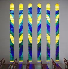マティスは設計にあたって、空、植物、光という3つのテーマを選び、それぞれを示す色として青・緑・黄色の3色を選びました。 単純な色ほど人間の感情を揺り動かすと考えた為です。