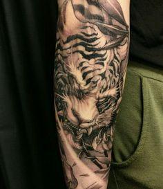 Very impressive tiger tattoo I love how fierce it looks asian tattoos - Tattoos And Body Art Japanese Tiger Tattoo, Japanese Sleeve Tattoos, Best Sleeve Tattoos, Forearm Tattoos, Body Art Tattoos, Cool Tattoos, Asian Tattoos, Black Ink Tattoos, Tiger Tattoo Sleeve