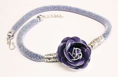 collana in tubolare di rete ripieno di perline e fiore viola in similpelle