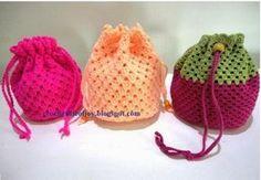 Une besace au crochet :je vous propose ce petit sac qui vous sera très utile pour emporter votre tricot ou que vous pouvez offrir en cadeau