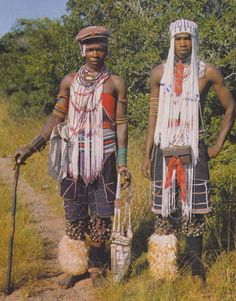 Young South African men of the Xhosa tribe wear headbands called amadiliza entloko. The Magic World of the Xhosa - Aubrey Elliott - Pg 39 Young men's headbands were called amadiliza entloko. African Tribes, African Men, African Fashion, African Diaspora, African Beauty, Headband Men, Tribal Dress, African Trade Beads, Boy Costumes