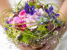 Der Brautstrauß ist ein viel diskutiertes Element einer Hochzeit. Er ist grundlegend für viele weitere Entscheidungen. Für die Braut ist es nicht leicht, den passenden Strauß zu finden.