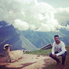 Manu & a llama Manu Bennett, Eye Candy, How To Look Better, Mountains, Nature, Travel, Animals, Naturaleza, Viajes