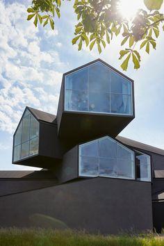 Conçue à l'origine comme un lieu d'exposition pour la Vitra Home Collection, la VitraHaus symbolise la diversité du Vitra Campus. Le bâtiment exceptionnel a été conçu par les architectes bâlois Herzog & de Meuron. Pour marquer le dixième anniversaire du bâtiment, Vitra transpose les expériences et les idées de la décennie passée dans un nouvel intérieur. En 2006, les architectes Herzog & de Meuron ont été chargés de concevoir des espaces pour la Home Collection qui avait été lancée deux…