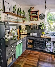 We really like this unique kitchen vintage design. We really like this unique kitchen vintage design. Hippie Kitchen, Boho Kitchen, Green Kitchen, Earthy Kitchen, Vintage Kitchen, Home Improvement Loans, Little Kitchen, Küchen Design, Design Table