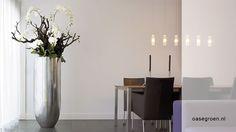 Handgemaakte bladzilver vaas gecombineerd met kunst orchideeën verwerkt in hout.