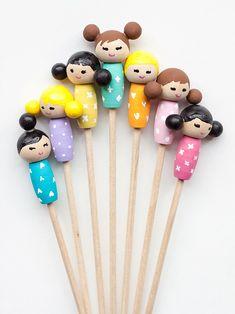 Make these adorable kiddie cocktail stir sticks inspired by Kokeshi dolls for your next party! Diy Kokeshi Dolls, Matryoshka Doll, Decor Crafts, Fun Crafts, Crafts For Kids, Hama Beads Minecraft, Perler Beads, Stir Sticks, Asian Doll
