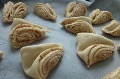 Chutné, ořechově - skořicové turecké koláče. Kombinovat je můžete s různými náplněmi, na které máte chuť. Mňam! Sugar, Cookies, Food, Minis, Top Recipes, Pistachios, Oven, Food Food, Crack Crackers