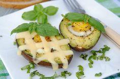 Awokado nadziane jajkiem. Oryginalny pomysł na szybkie i pożywne śniadanie!