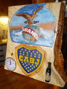 Talla combinada de logos, Fernet  branca y club Boca Junior con incrustaciones de reloj y botellita.