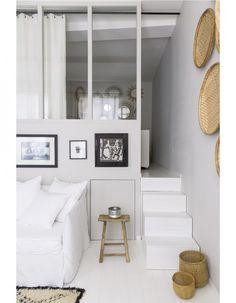 Derrière sa fenêtre atelier, la chambre profite de la lumière naturelle et a une vue plongeante sur le salon.La bonne idée : Aucun espace n'est perdu...